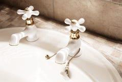 Weißhähne im modernen Badezimmer Stockbilder