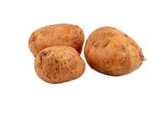 Weißhintergrund mit drei vollständiger Kartoffeln lizenzfreie stockfotografie