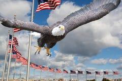Weißkopfseeadler mit US-Flaggen Stockfotografie