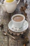 Weißkrug der braunen Kiefern des hölzernen Brettes des Kaffeetasseschwarzen Lizenzfreies Stockfoto