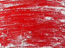 Weißmehl besprüht über roter Tabelle - Kopienraum stockbild