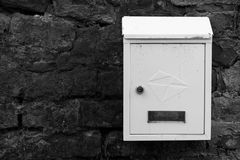 Weißmetallbriefkasten auf einer Backsteinmauer Alte Backsteinmauer Briefkasten bedeckt mit Staub und Schmutz Stockbilder