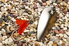 Weißmetallfischereiköder mit dreifachem Haken Lizenzfreies Stockfoto