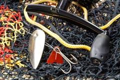 Weißmetallfischereiköder mit spinnender Spule und Aquarium aus den steinigen Grund Lizenzfreies Stockbild