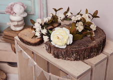 Weißrose auf hölzerner Platte auf Holzkiste Lizenzfreies Stockbild