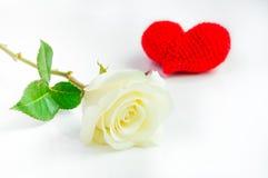 Weißrose mit roter Herzhäkelarbeit auf weißem Hintergrund Stockfotos