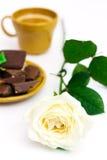Weißrose mit Tasse Kaffee Stockbilder