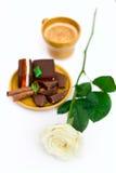 Weißrose mit Tasse Kaffee Lizenzfreies Stockfoto