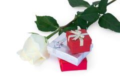 Weißrose und -geschenke Stockfotos