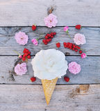 Weißrosenblume und reife rote Johannisbeeren in der Eistüte auf rustikalem hölzernem Hintergrund lizenzfreies stockbild