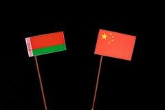 Weißrussland-Flagge mit der chinesischen Flagge lokalisiert auf Schwarzem Lizenzfreie Stockfotos