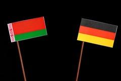 Weißrussland-Flagge mit der deutschen Flagge lokalisiert auf Schwarzem Lizenzfreie Stockfotografie