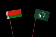 Weißrussland-Flagge mit der Flagge der Afrikanischen Union lokalisiert auf Schwarzem Lizenzfreies Stockfoto