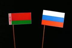 Weißrussland-Flagge mit der russischen Flagge lokalisiert auf Schwarzem Stockbilder