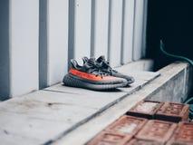 Weißwal Adidass Yeezy v2 Stockfotos