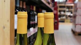 Weißwein in den Flaschen in der Weinhandlung stockbild