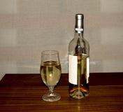 Weißwein in der Flasche Stockfoto