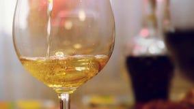 Weißwein goss in Glas in der Zeitlupe auf gedienter Tabelle 1920x1080 stock video footage