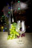Weißwein im Glas auf einer Marmortabelle elegant Lizenzfreie Stockfotografie