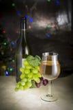 Weißwein im Glas auf einer Marmortabelle elegant Stockbilder
