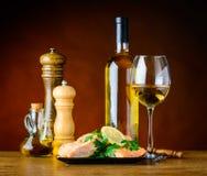 Weißwein mit gekochten Fischen und Gewürzen lizenzfreie stockfotos