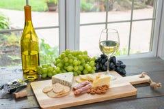 Weißwein mit Käse stockfoto