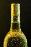 Weißweinflasche mit Tropfen Lizenzfreie Stockbilder