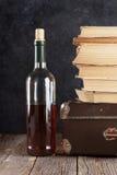 Weißweinflasche und alte Bücher Lizenzfreie Stockfotografie