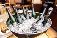 Weißweinflaschen in der Schüssel Eis stockfoto