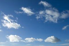 Weißwolken des blauen Himmels Stockfotos