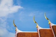 Weißwolken des thailändischen Tempeldachs und des blauen Himmels Stockfotos