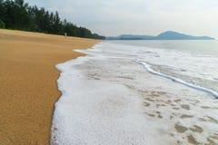 Weiße Gischt auf dem Strand stockbild