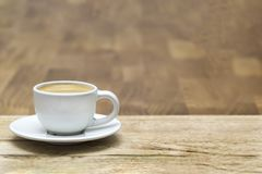 Weiße Kaffeetasse auf einem Holztisch stockbild