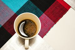 Weiße Kaffeetasse mit Mondformreflexion lizenzfreies stockbild