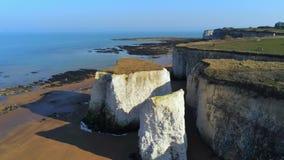 Weiße Klippen und Kreidefelsen an der Botanik-Bucht England stock footage