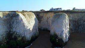 Weiße Klippen und Kreidefelsen an der Botanik-Bucht England stock video footage