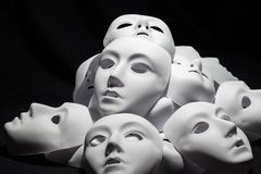 Weiße Masken des Theaters stockbild