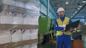 Weiße Plastikkanister erhalten unter Steuerung eines Technikers verpackt stock footage