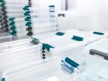 Weiße transparente Plastiknahrungsmittelbehälter im Regal im Speicher stockfoto