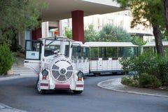 Weißer touristischer Transport in Form eines Spielzeugzugs Spaßtransport stockbild
