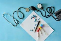 Weißes Blattpapier mit schwarzem Stift und farbigen verschiedenen Pillen lizenzfreies stockfoto