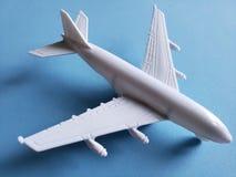 weißes Plastikflugzeug und blauer Hintergrund lizenzfreies stockfoto
