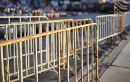 Wei?e Barrikade im Stadtbildfoto lizenzfreie stockfotos