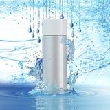 Wei?e kosmetische Produkte mit Wasser spritzen auf cyan-blauem Hintergrund stockfotos
