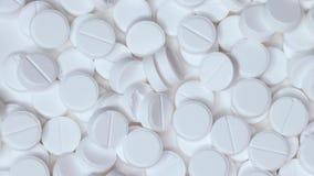 Wei?e Pillen auf dem Tisch Viele psychedelische Pillen Drogensucht und Verbrechen stock video