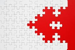 Wei?e Puzzlespielst?cke auf einem roten Hintergrund getrennt lizenzfreies stockfoto