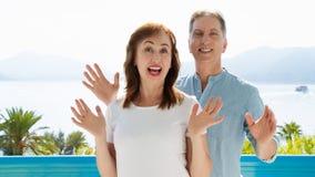 Wei?e Schablone T-Shirt des Sommers Gl?ckliche mittlere gealterte Familienpaare an den Ferien Strand und Feiertagskonzept Kopiere lizenzfreies stockbild