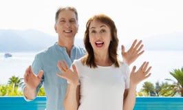 Wei?e Schablone T-Shirt des Sommers Gl?ckliche mittlere gealterte Familienpaare an den Ferien Strand und Feiertagskonzept Kopiere stockbilder