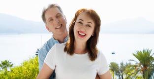 Wei?e Schablone T-Shirt des Sommers Gl?ckliche mittlere gealterte Familienpaare an den Ferien Strand und Feiertagskonzept Kopiere lizenzfreies stockfoto