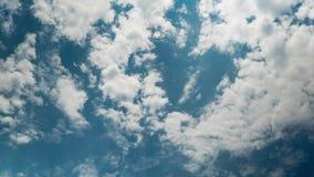 Wei?e Wolken, die in den blauen Himmel sich bewegen stock video